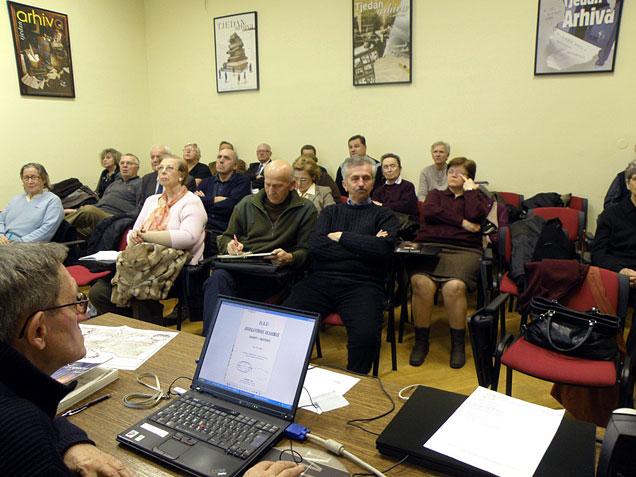 Ljudevit Meze (dolje lijevo) tijekom jednog od predavanja na Klubu rodoslovaca