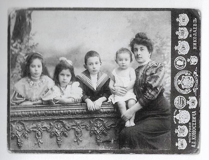 Obitelj Hinka Fischera prije izbijanja I. svj. rata na jugu ruskog carstva: na fotografiji su njegova supruga Gizela i djeca – buduća doktorica Feodora je prva s lijeva