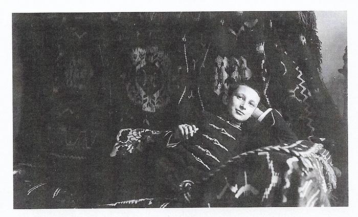 Raoula su radi školovanja bili poslali u Zagreb, pa je boravio u jednom konviktu (otud uniforma u kojoj je snimljen)
