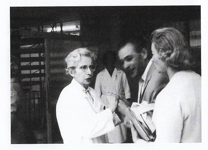 Doktorica Fischer (lijevo) snimljena uoči otvaranja druge faze Centra, s bratom Ernstom...