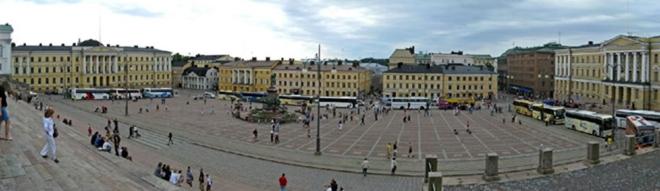 Glavni trg u Helsinkiju u prosincu 2019. s katedralom finske protestantske crkve. Na njegovoj lijevoj i desnoj strani su dvije arhitektonski jednake stare palače, i to finske vlade i sveučilišta, što simbolički pokazuje isto vrjednovanje vlasti i znanosti!