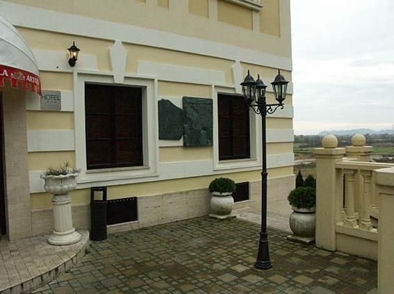 Dvorac Đalski na južnom ulazu u Zabok i ploče iz Tanaisa (Foto: Ljubomir Škrinjar 2007. HKV)